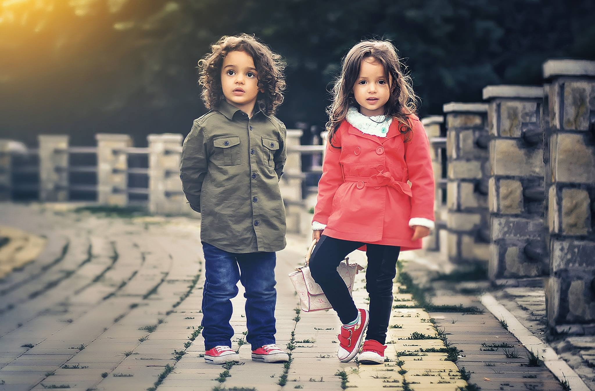 To barn med røde sko